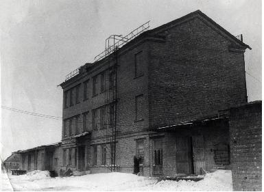 В этом здании вальцовой мельницы псковского мукомольно-макаронного комбината (постройка 1946-49 гг.) по улице Советской, 108 после реконструкции в 1968 г. расположился первый производственный корпус завода (сейчас корпус №1)